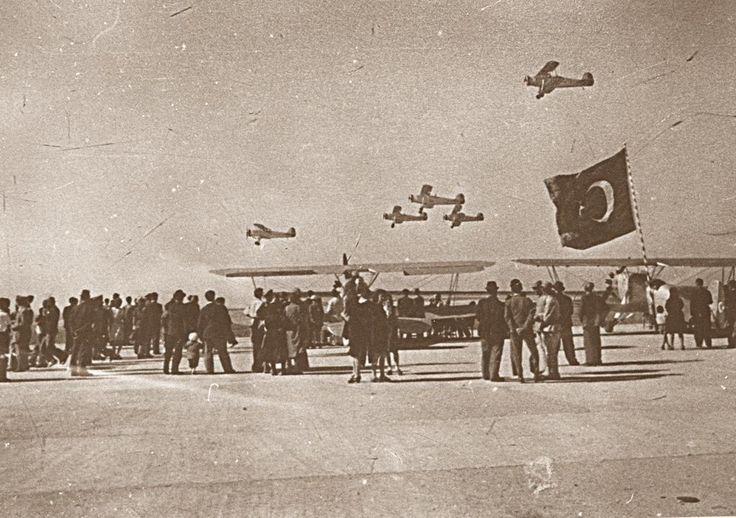 Nuri Demirağ'ın Beşiktaş'ta ürettiği Nu.D 36 uçakları Yeşilköy'de gösteri uçuşu yapıyor (1936 sonrası)