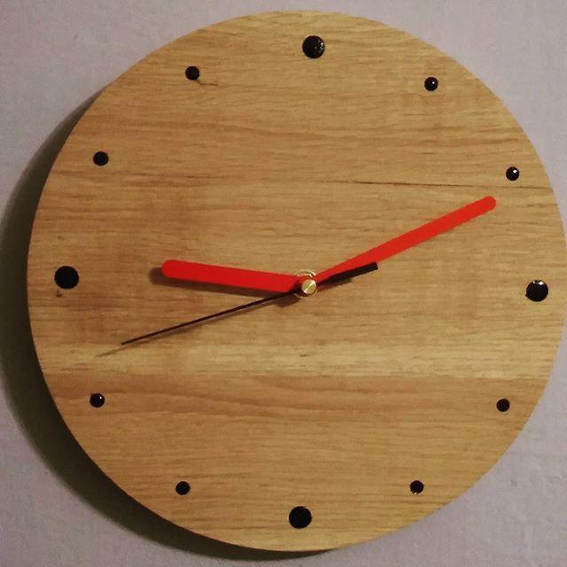 Dębowy zegar #woodclock #wallclock #wood #clock #design #mimimalist #time #woodworking #homedecor #diy #handmade #home #wooddesign #zegardrewniany #drewno #drewniane #dębowe #handmadeinpoland #zegar #zegarek #niezchinzpasji #poland #czas