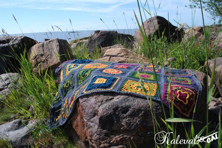 Kalevala CAL, Metsä väripaketin peitto rantakalliolla paistattelemassa päivää. Tämä CAL alkaa pian, käykäähän lukemassa: