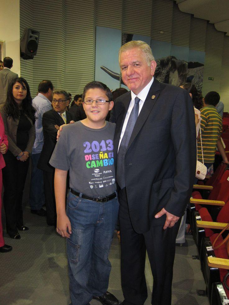 Alumno de la Primaria Chapultepec con el Rector de la UANL