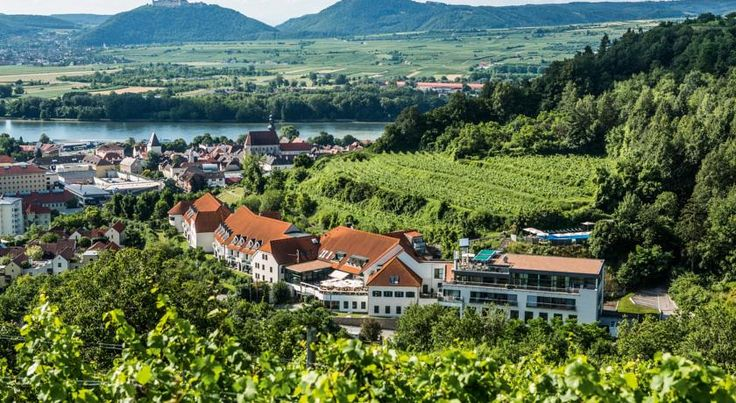 Steigenberger Hotel and Spa Krems An Der Donau In a scenic location in the Wachau region overlooking the town of Krems, The 4-star superior Steigenberger Hotel and Spa Krems is 2 km from the centre. It offers a large spa area, a restaurant, and free parking.