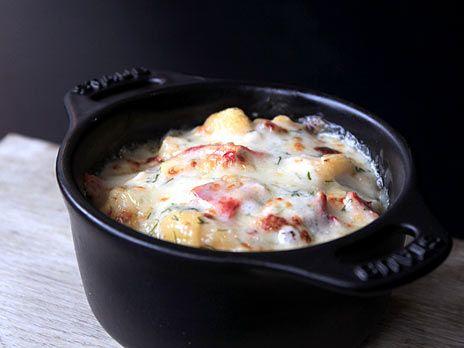 Ostgratinerad pasta med hummer och bechamelsås.