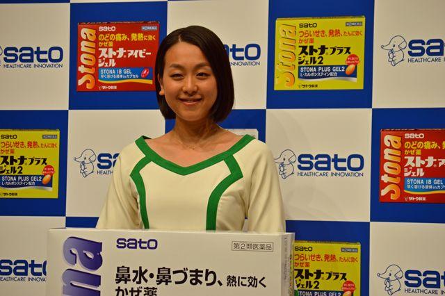 佐藤製薬の広告塔を務める浅田真央選手は、「風邪をひいたら『ストナ』をお願いします! 」と同社の商品をしっかりとアピールした (640×426) 「浅田真央が錦織圭に「おめでとう&お疲れさま」とねぎらいの言葉」 http://news.mynavi.jp/news/2014/09/10/039/