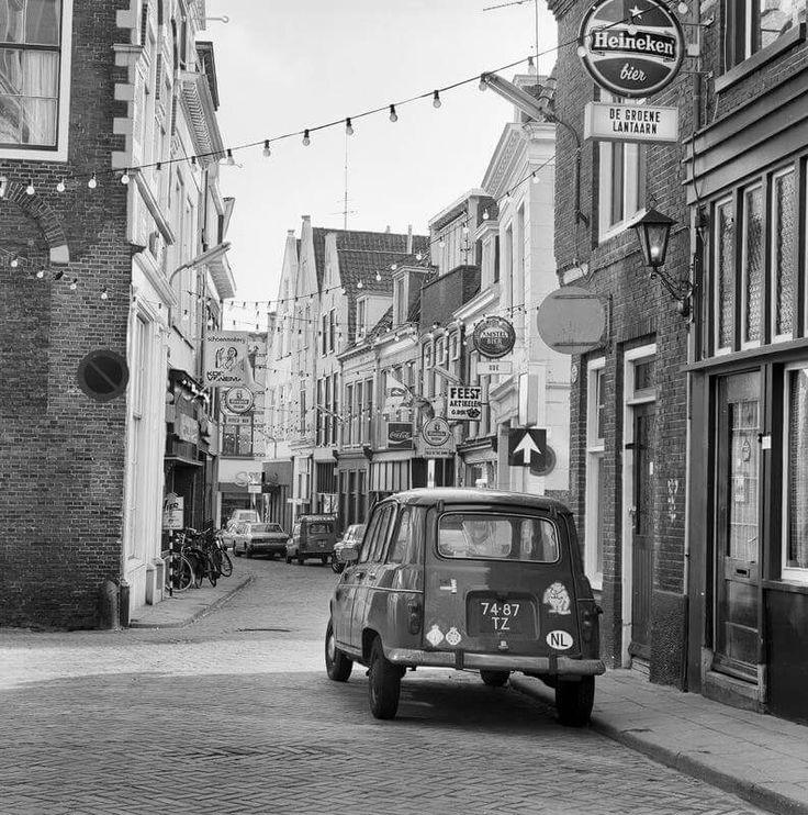 Grote Hoogstraat: 1979. met De Rode Lantaarn:   Ode:  Feest art. G.Dijk:  Talk of the Town:  Rodeo Bar:  Kor Venema - schoenmakerij.     ( a.j.v/d wal).