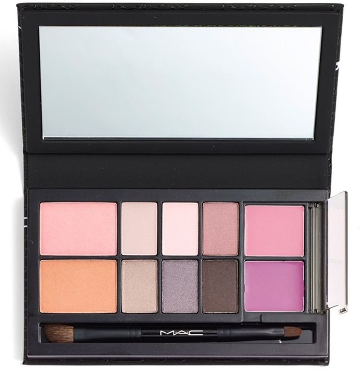 Pack light and find out our 5 best makeup palettes for travel!