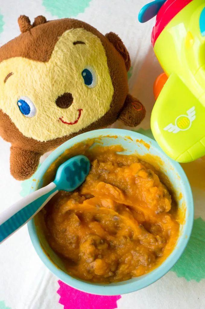 Om je baby aan vlees te introduceren is dit recept voor gehakt met zoete aardappel en pompoen erg geschikt. Babyvoeding met vlees en groenten.