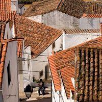 Los pueblos más bonitos del sur Portugal (e islas) | Via Condé Nast Traveler España Querida Portugal: queda claro que por lo bien que hablamos de ti que te podríamos calificar como nuestra enemiga íntima preferida. Total, ahí tienes tus playitas (roba-guiris), tus ciudades monumentales, tus islas juguetonas y… ¿tus pueblos? ¡Pues sí! Aquí continua la jugosa selección de pequeñas localidades con encanto, esta vez al sur del río Tajo y en sus dos archipiélagos.