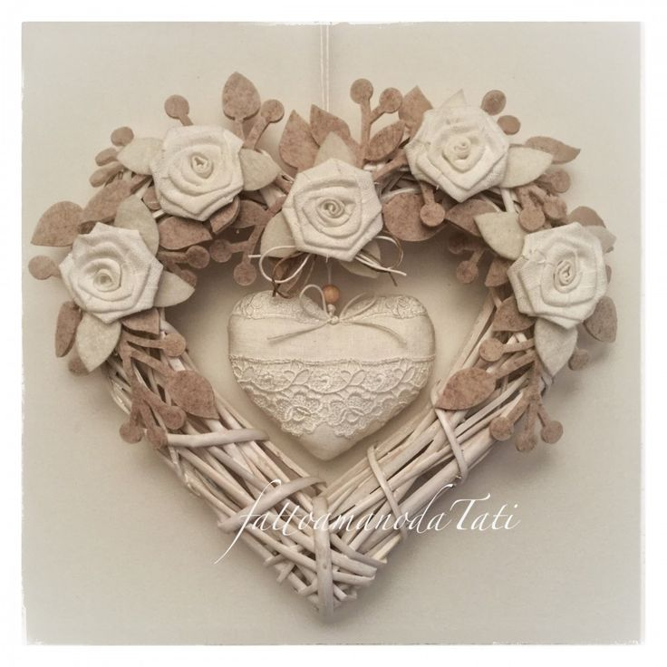 Cuore/fiocco nascita in vimini con rose e cuore di lino bianco e pizzo di fattoamanodaTati su Bebuù