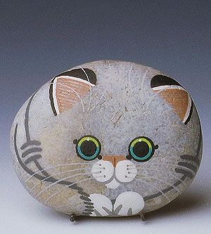 Painted Stone Kitten - I believe I can do this! Would be so cute in the garden. Decorando pedras, neste caso, um gatinho