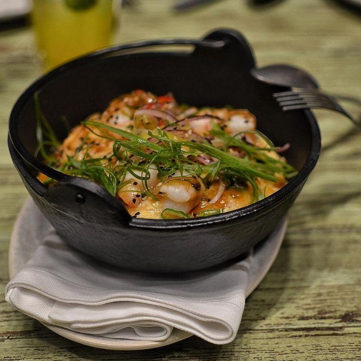 Arroz chaufa tapao. Marisco y verduras ligados con y salsa nikkei bajo una tortilla de gambas. Yakumanka Barcelona