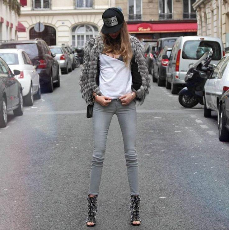 Провокационно? Да! Привлекательно? Очень. Ну и по сезону.. Мы уже давно подметили, что серые джинсы имеют свою магию, т.к. с одной стороны серый цвет, пожалуй, самый легко сочетаемый. А с другой, он заметен.
