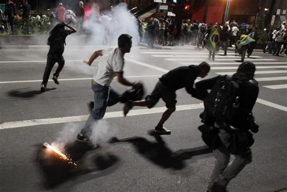 Impresionante carga policial en el centro de Sao Paulo
