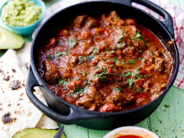 Het och kryddstark chiligryta med nötkört och spansk chorizo. Toppas med koriander och servera gärna med avokado, tortillabröd och Salsa Roja.
