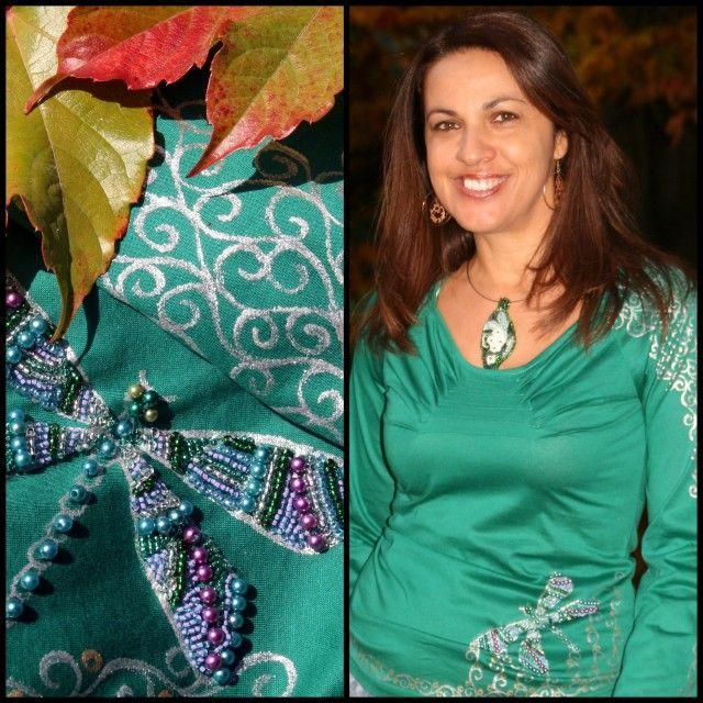 Smaragdově zelené s vážkou... Tričko či halenka sytě zelené, smaragdové barvy má zajímavý střih... Lehce žensky prijmuté, hlubší výstřih, dlouhé rukávy. U výstřihu jsou jsou 4 sámky, takže tvoří zajímavý efekt. Celé tričko je ručně malované stříbrnou a zlatou barvičkou, jak kolem výstřihu /i v zadní části/, tak kolem spodního lemu. Malba kolem výstřihu ...