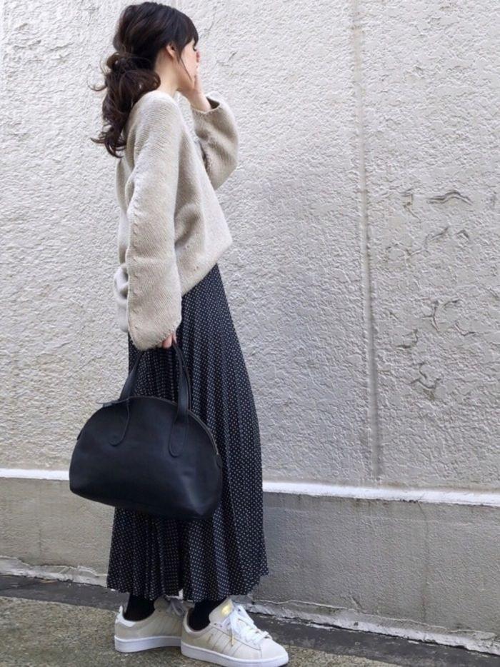81da37dab1a1b1 細やかなドットのプリーツスカートは、大人女性にぴったりなコーデ。歩きやすい白スニーカー、そして気になるお腹周りをふんわりカバーしてくれるゆったりニットを  ...