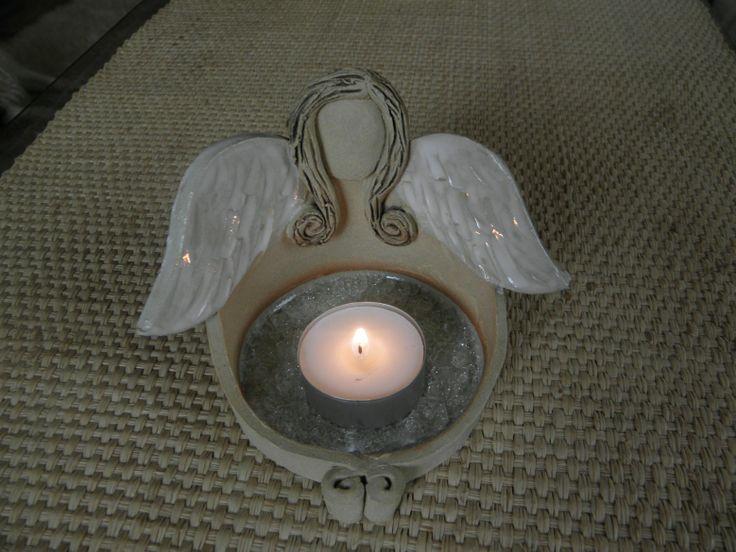 Anděl - svícen Hlína zdobená glazurou a tavným sklem. Rozměry cca 13x8 cm.