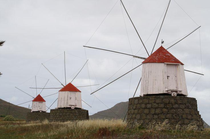Molinos de viento de la isla de Porto Santo. www.visitmadeira.pt