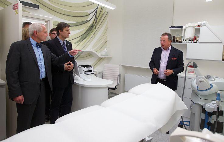 Antonín Brandejs vysvětluje hostům na opening party technologie na dermatologickém oddělení.
