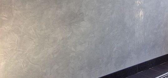 Erkend Stucadoorsbedrijf Peter Jansen is gespecialiseerd in het aanbrengen van decoratieve wand- en plafondafwerkingen zoals beton ciré. Decoratief stucwerk
