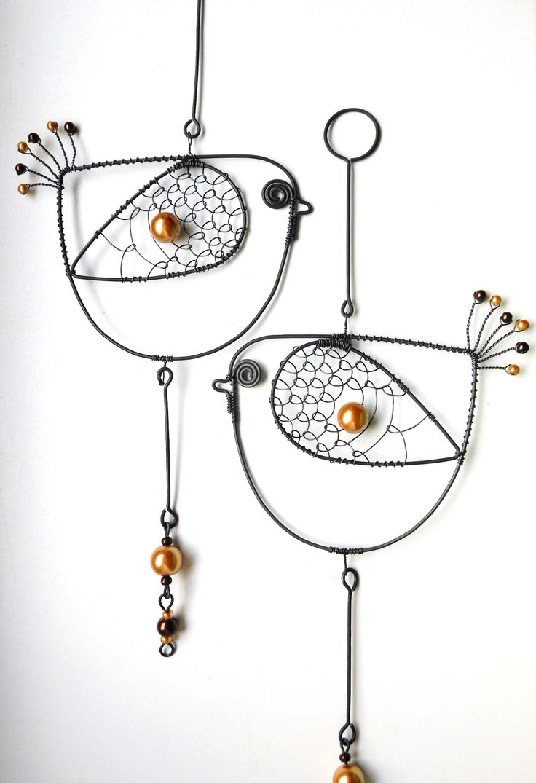 Ptáček Hnědáček Ptáček je vyroben z černého drátu a dozdoben perleťovými korálky. Velikost patáčka je cca 10x27cm. Ptáček slouží jako dekorace. Drátek je ošetřen proti korozi. Cena za kus.