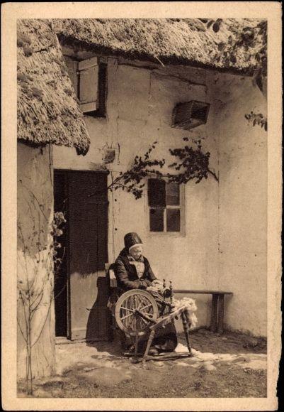 Postcard Mönchguter Fischerfrau von der Insel Rügen, Spinnrad,