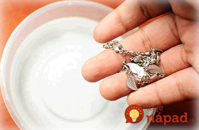 Ako vrátiť strieborné šperky späť v čase? Vyskúšajte tieto jednoduché, ale účinné metódy.