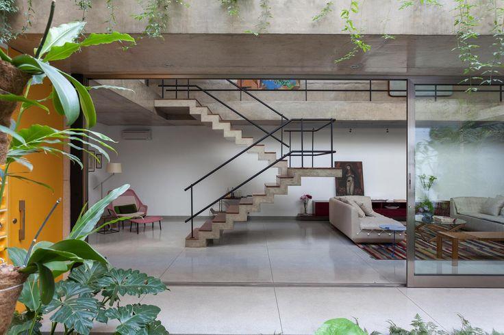 Construído pelo CR2 Arquitetura na São Paulo, Brazil na data 2013. Imagens do Fran Parente. Essa residência em São Paulo é um projeto para um casal de meia idade e uma filha. Moradores do bairro queriam seguir...