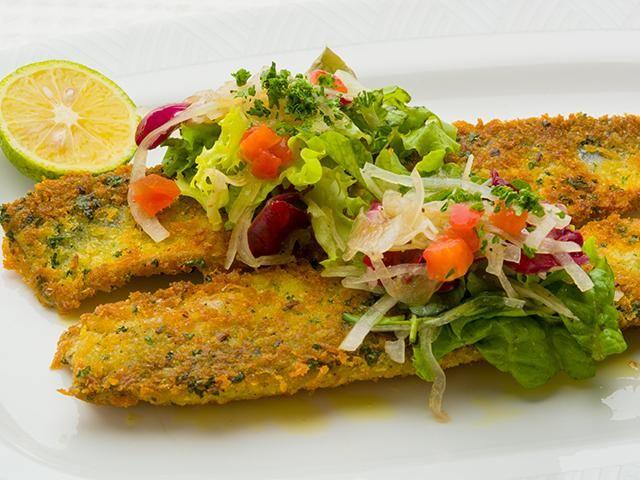 青魚は白身の魚よりも強めに塩を振ると臭みが抜けておいしくなります。香草パン粉にチーズが入っているので、香ばしく、きれいな焼き色に仕上がります。