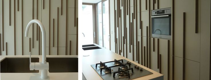 Modern kitchen design with cooking island. Special door handles in teak wood, adding vertically lined pattern over the kitchen doors. Visit our site to see the full project and get kitchen DIY ideas.