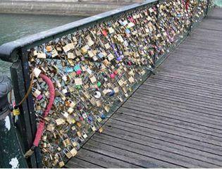 Парижский мост искусств пострадал от тяжести «любовных замков» - блоги путешественников и туристов. #France #Paris #bridge #travel #travelling #traveltipz