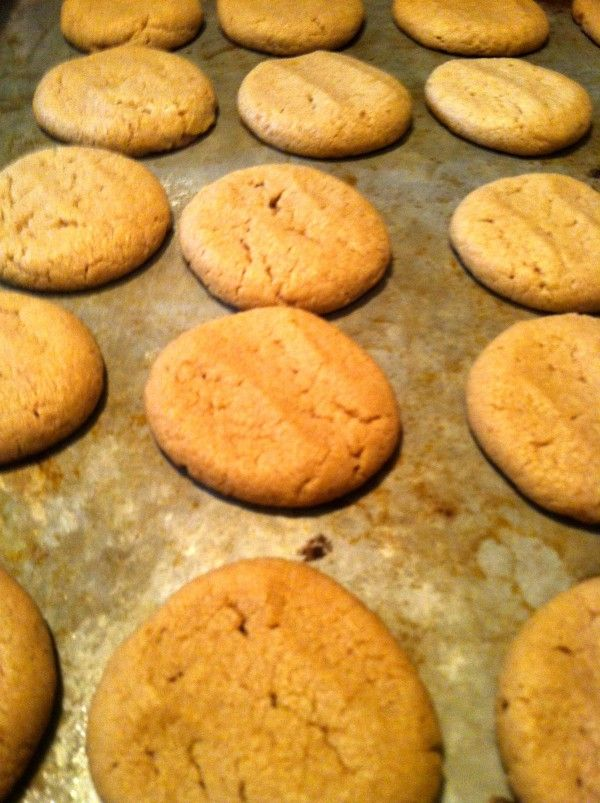 World's Easiest Peanut Butter Cookies. Only 4 ingredients!! I've made them & want to make again.: Best Cookies, Cookies Recipes, Easy Cookies, Sweet Tooth, Peanut Butter Cookies, Easiest Peanut, 4 Ingredients, Creamy Peanut Butter, Pb Cookies