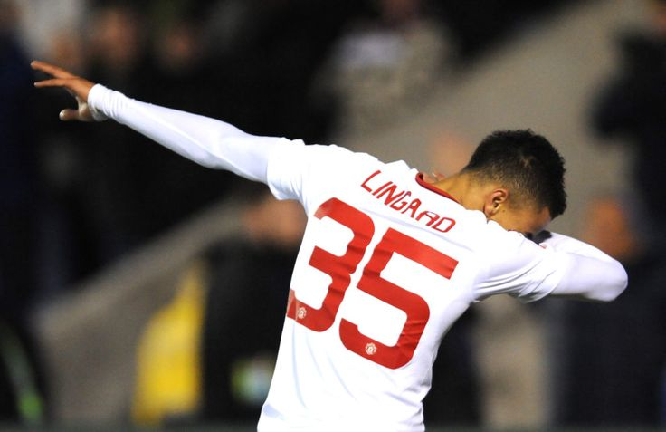Jesse Lingard teaches his Manchester United teammates how to dab ...