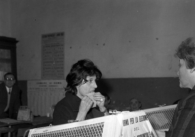 Anna Magnani mentre vota © ANSA