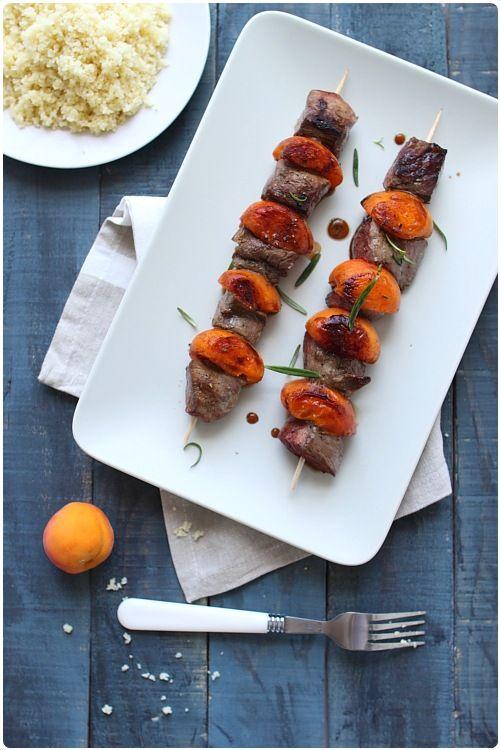 Brochettes de magret de canard à labricot et romarin