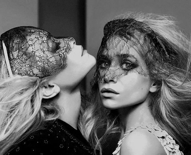 Bom dia! Quem faz aniversário nesta segunda-feira (13.06) são as gêmeas Olsen, da The Row: Ashley e Mary-Kate, aqui clicadas por Craig McDean para a @voguemagazine, completam 30 anos. Happy Birthday! #olsentwins
