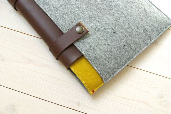 Classic Case in modern colours. Macbook case in grey felt with a hint of yellow. With a large pocket on the front for charger, ipad, notebook, pen.