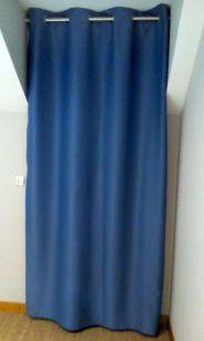 """Les Belles Assises - Janvier 2017 - Confection de voilage bleu ciel en pur lin. Tête de rideau à passant. Tissu de chez """"Rouge Carmin"""".   Double rideaux en tissu occultant de couleur bleu et finition œillet inox brossé. Tissu de chez """"Ado""""."""