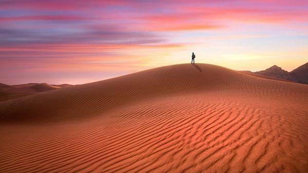 Atmosféru pouště dokresluje i poetické nebe.