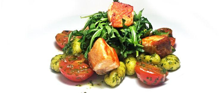 Bramborové gnocchi s kousky grilovaného lososa s cherry rajčaty, rukolou a bazalkovým pestem #ukastanujarov http://www.ukastanu.cz/jarov