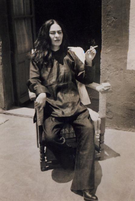 Nunca olvidaré aquél 2007 en el que tuve la oportunidad de ver todas sus obras en Bellas Artes, el día que me enamoré de la pintura, el día que me vi teniendo pinceles en las manos aunque lo hiciera mal, su obra junto con la de otros grandes: los muralistas mexicanos... En fin.. Ella marca el principio de mi atracción/amor a la pintura. 107 años, Friducha.   Frida Kahlo, photographed by her nephew Antonio, 1946. Museo Frida Kahlo, Coyoacán.