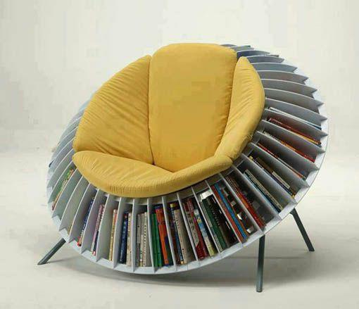 Deze stoel is cirkel en het heeft een soort boekenkast.