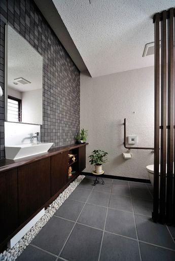 Japanese modern bathroom. 砂利がアクセント。