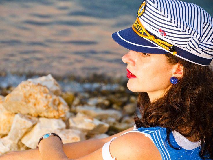 RetroCat mit Kapitänsmütze und Ohrringen von Glitter Paradise