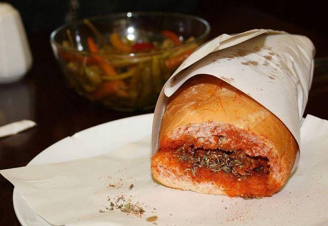 #Istanbul must-eat street #food: #Kokoreç is een gerecht van gegrild orgaanvlees van een geit of lam. Het vlees wordt eerst in stukken gesneden en vervolgens gekruid. Daarna worden de stukken aan een spit boven houtskool geroosterd. Vaak wordt de Kokorec geserveerd met een half of kwart stuk brood. #Turkije