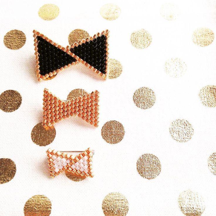 Glitter... ✨ #rosemoustache #motifrosemoustache #mondiyamoi #perles #perlesaddict #noeud #lapetiteepicerie #defipocahontas #jesuisunesquaw #jenfiledesperlesetjassume #broche