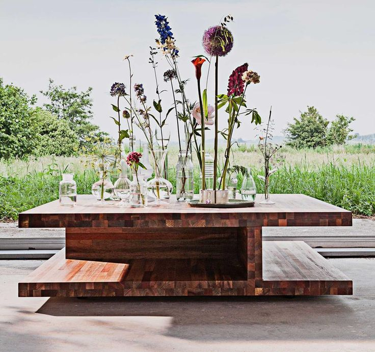 De koffietafel Level van LINTELOO is een dynamische tafel met een zwevend karakter. Door toevoeging van een lade biedt deze koffietafels zelfs extra opbergruimte! Verkrijgbaar in 3 karakteristieke soorten hout.