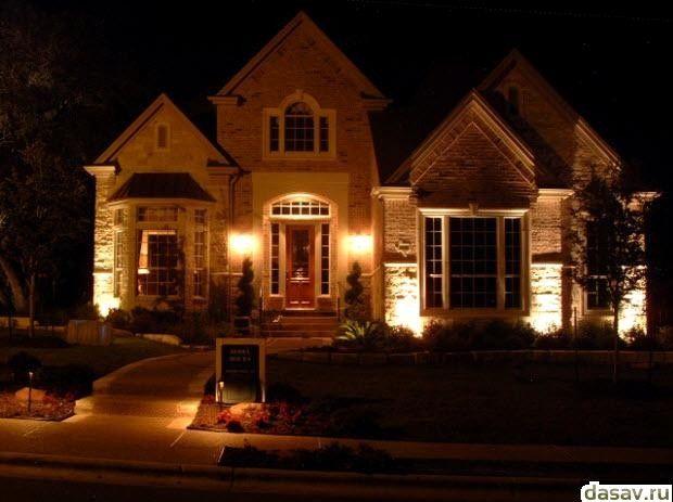 Подсветка дома, в результате делает ночью дом светлее