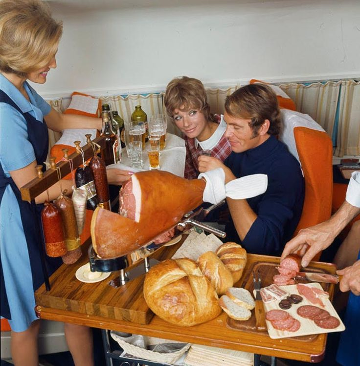 La compagnie Scandinavian Airlines a publié récemment ces photographies des incroyables repas servis dans ses avions entre 1950 et 1980.