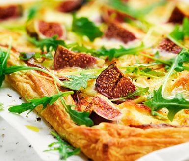 En härlig smördegspizza med chèvre och färska fikon passar lika bra sommar som vinter. Gratinera din pizza med krämig röra, ost och smakliga fikon tills den har fin färg. Servera din varma pizza med rucola, ringlad, söt honung och kanske kallskuret.