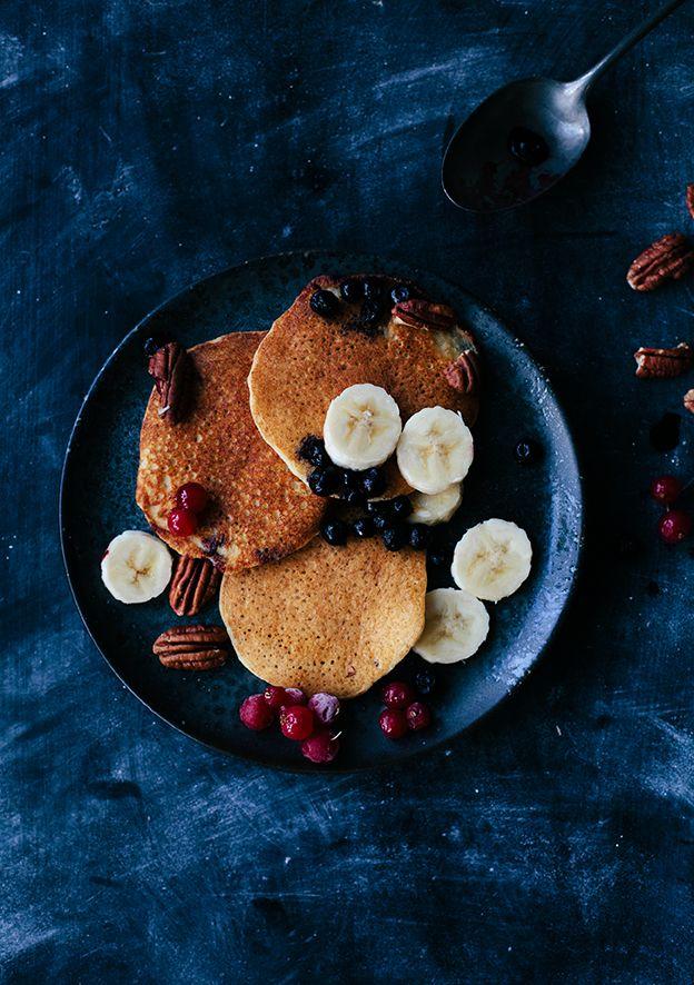 """Provade att göra pannkakor med mandelmjöl och mandelmjölk häromdagen. De är inte som """"vanliga"""" pannkakor, men ändå faktiskt riktigt goda med lite banan och en näve frysta bär! Pannkakor..."""